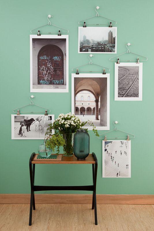 parete con immagini appese
