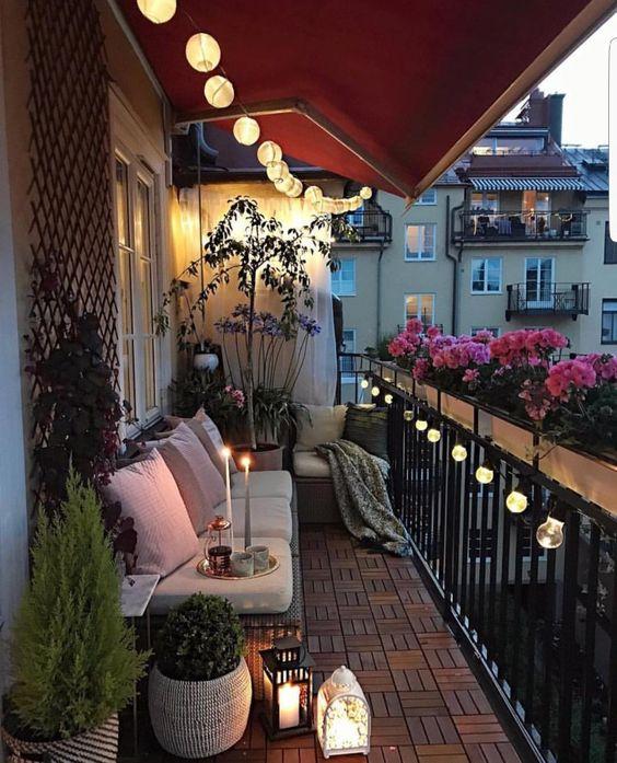 balcone illuminato con ghirlande di luci per ammirare eclissi di luna