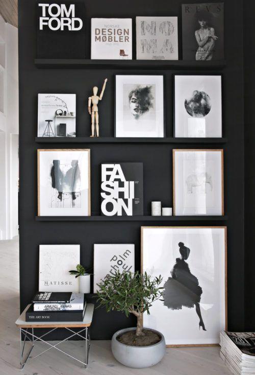 parete nera con quadri