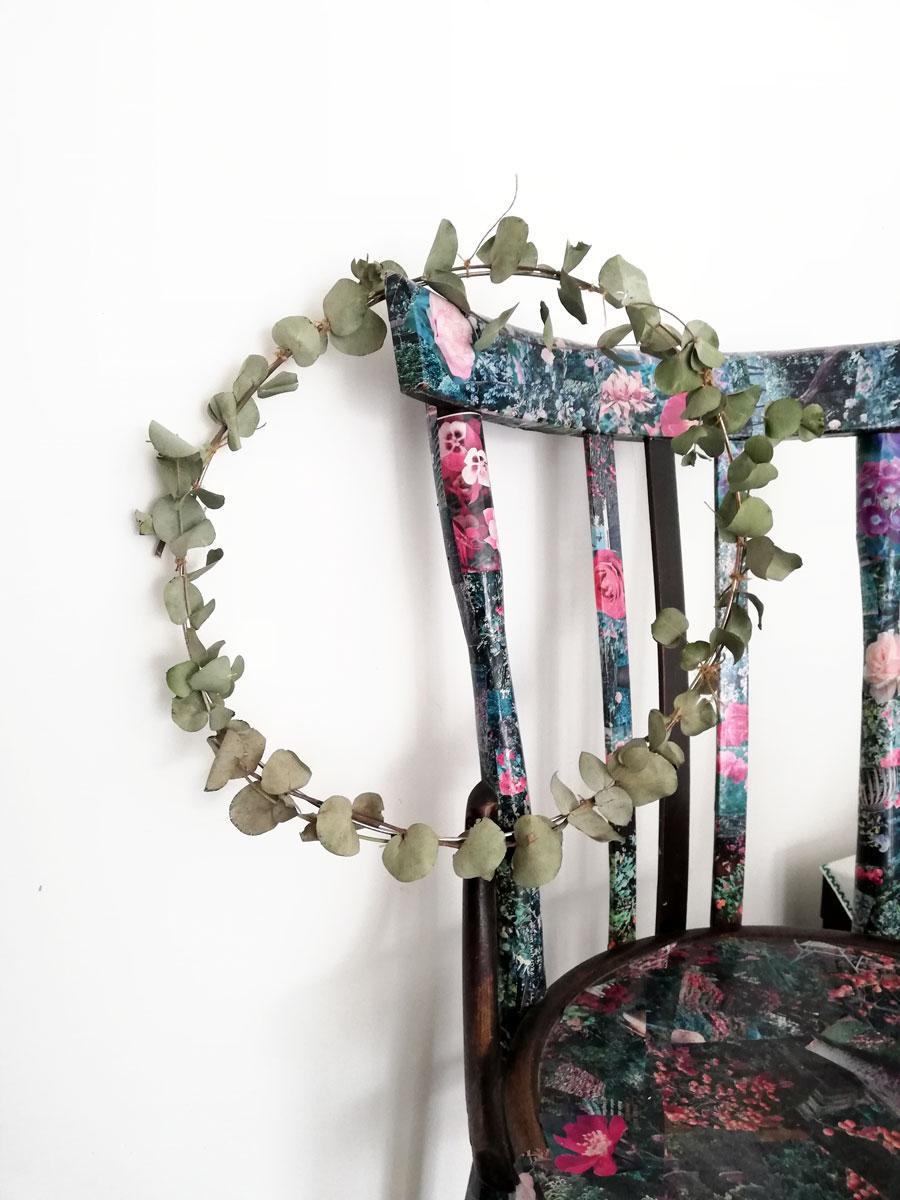 ghirlanda con rami di eucalipto su sedia decorata