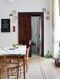 parete decorata con piatti in guesthouse napoli