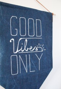 banner in denim con frase Good Vibes Only
