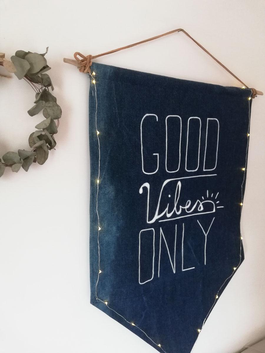 banner in denim con frase motivazionale