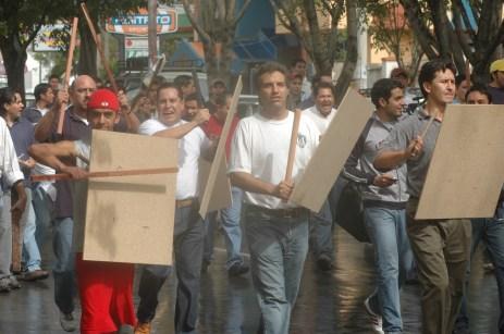 Grupos pro autonomistas van con escudos y diversas armas blancas y de fuego hacia la vigilia campesina (Foto prensa de Cochabamba, 11, 1, 2007)