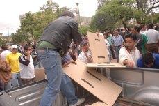 Reparten escudos y palos a los grupos pro autonomistas (Foto prensa de Cochabamba, 11, 1, 2007)