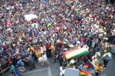 Traslado del ataúd de Juan Ticacolque, primer asesinado a bala (Foto prensa de Cochabamba, 11, 1, 2007)