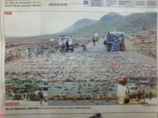 """Bloqueos: los caminos en La Paz son literalmente """"sembrados"""" de piedras (La Prensa, abril del 2000)"""