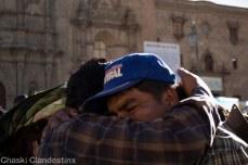 Las personas de la vigilia en Plaza San Francisco y lxs marchistas se encuentran con abrazos (Foto: Chaski Klandestinx)