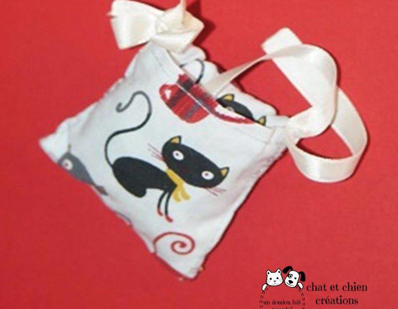 Bonbon rubans carré, jouet de la série cache-croquettes, pour chat, créé par Georgia