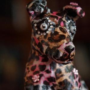 Canis Panthérus, chien en papier mâché créé par Georgia