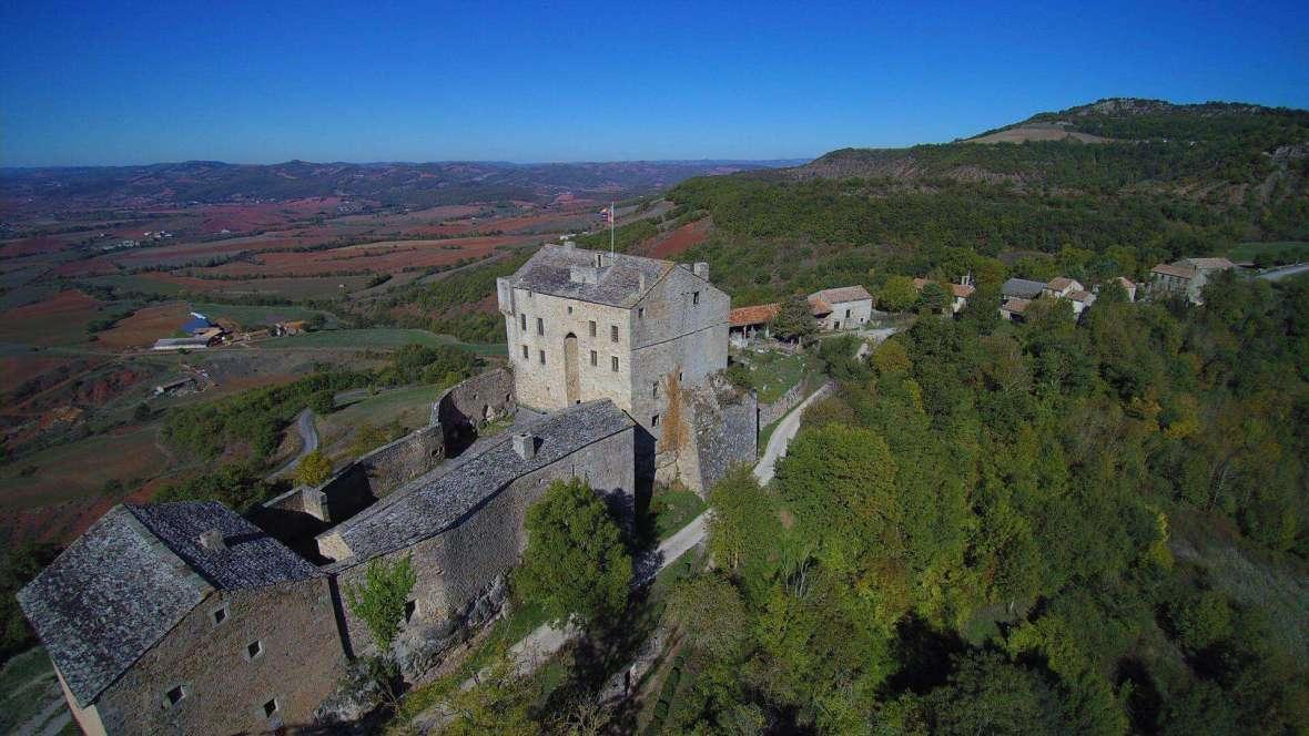 une vue aérienne du château de Montaigut