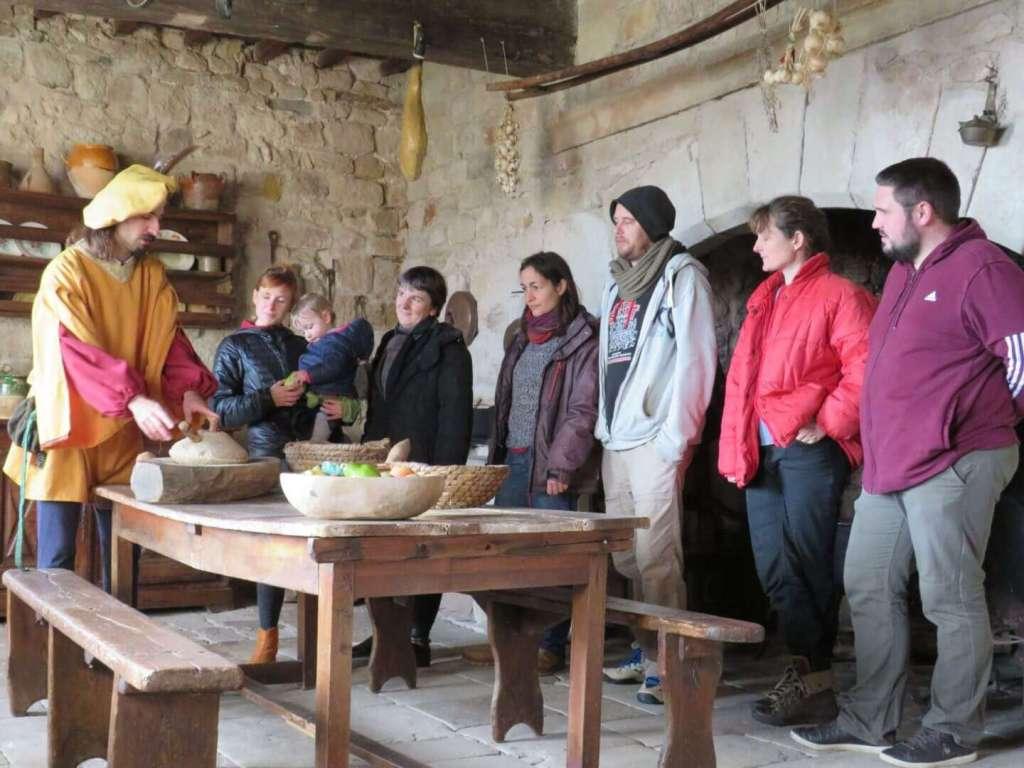 visite guidée montrant le mécanisme du moulin à farine manuel