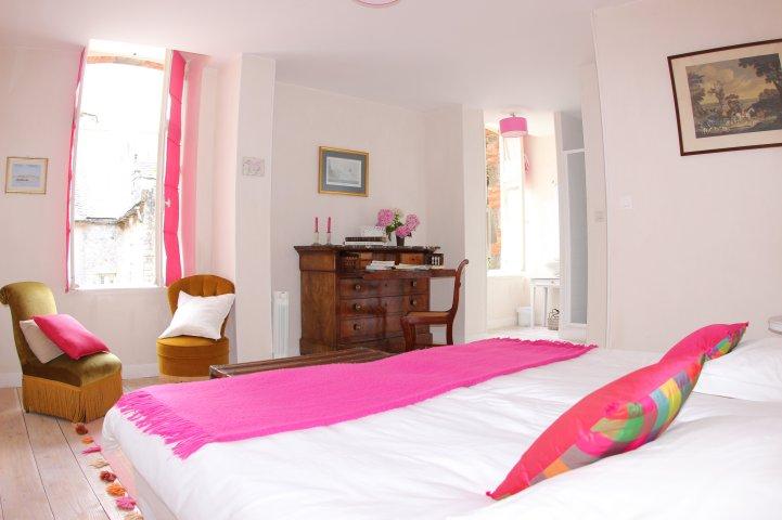 Chambre rose vue depuis le lit