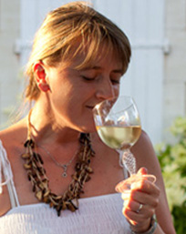 une femme déguste du vin blanc