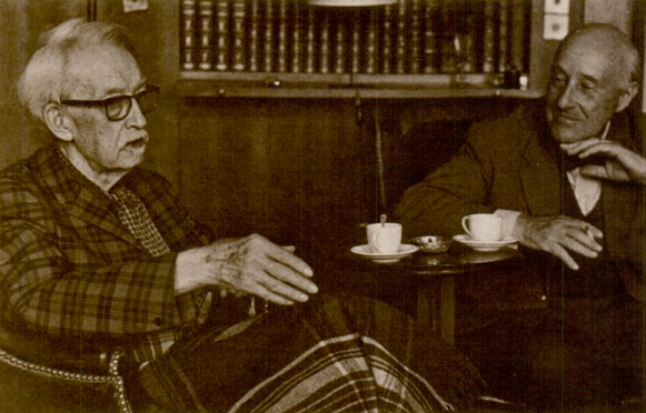 """Jacques Maritain (à gauche) et Alexandre Grunelius (à droite) dans la bibliothèque du château de Kolbsheim, 1967 © """"Jacques Maritain: Homage in Words and Pictures"""", John Howard Griffin & Yves R. Simon"""