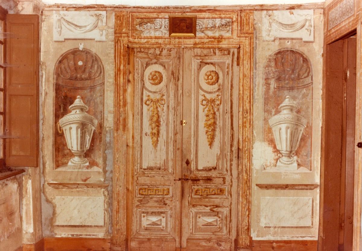 Dans la galerie, Les portes de la chapelle