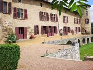 Saconay - La façade Sud-Est vue du frêne pleureur