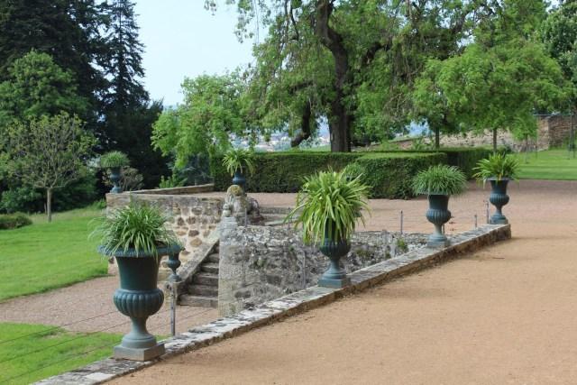 Saconay - Un escalier rejoint le parc