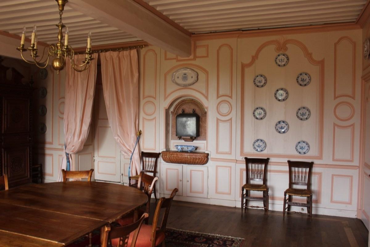 saconay manger la grande salle manger et sa fontaine ch teau de saconay. Black Bedroom Furniture Sets. Home Design Ideas