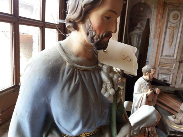 Saconay - Des statues bien sales