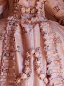Saconay - La pièce d'estomac descend sur le devant de la robe