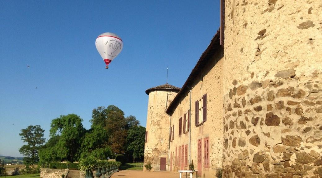 Saconay survolé par une montgolfière