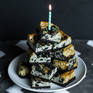 Mint cookie cheesecake bars are mint Oreo cheesecake heaven in a bar cookie! | chattavore.com