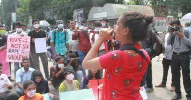 শাহবাগে চলছে 'ধর্ষণবিরোধী' আন্দোলন