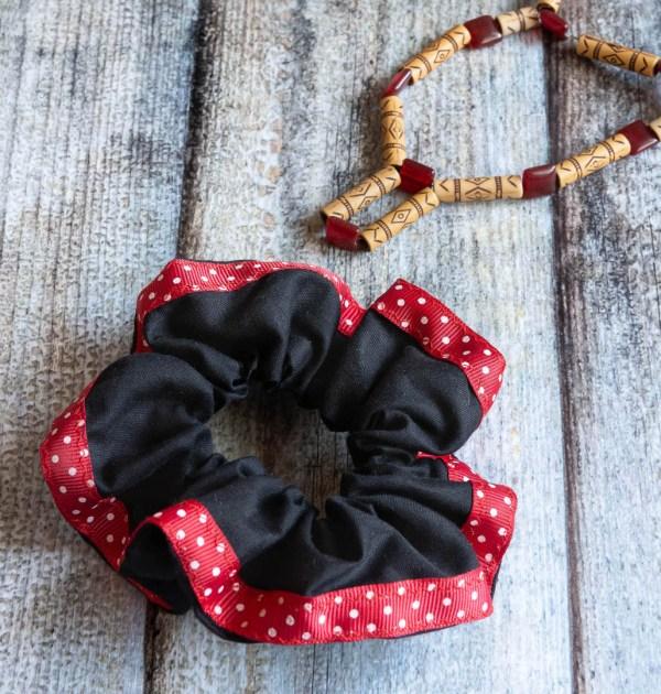 Scrunchie Black Red 2 https://chaturango.com/handmade-scrunchies-black-and-red-bordered/