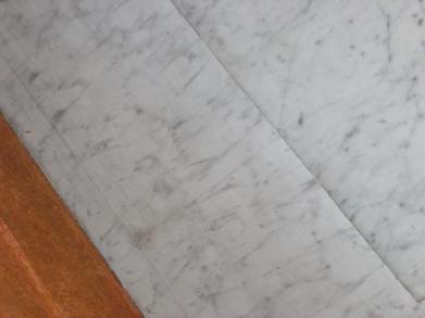 Une moitié existante en vrai marbre l'autre en faux