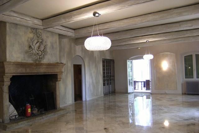 Décoration chaux grise poutres blanchies et motifs en grisaille chaux room