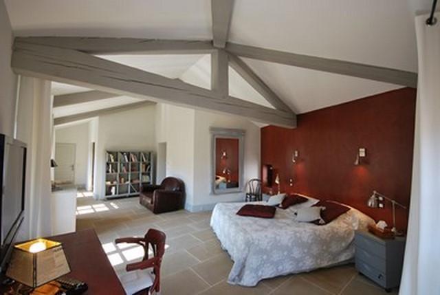 Mur tête de lit décoré à la chaux et poutres grisées
