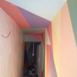 Couloir d''entrée coloré et formes géométriques