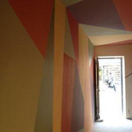 un couloir a la géométrie colorée
