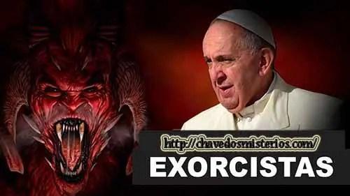 """De acordo com relatórios recentes, o Vaticano está organizando um curso voltado para treinar padres nos exorcismos, após a ocorrência de um aumento na necessidade desta prática antiga que visa a """"libertar"""" as pessoas dos demônios que possa ter dentro."""