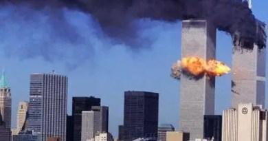 Ataque terrorista de 11 de setembro às Torres Gêmeas do World Trade Center.
