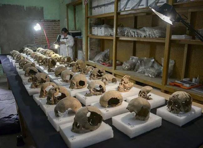 Arqueólogos do Instituto Nacional de Antropologia e História (INAH) coletaram cerca de 200 crânios da torre que flanqueia o tzompantli.
