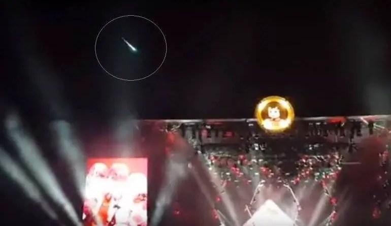 Um atendente do show conseguiu capturar o meteoro em sua câmera.