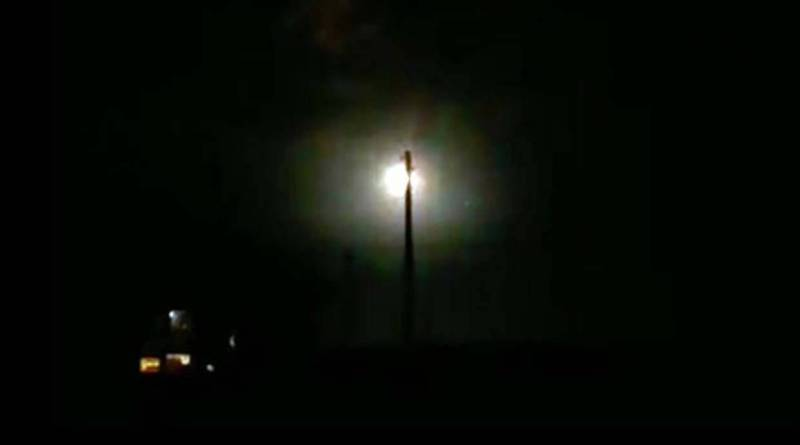 Centenas de pessoas vêem como um enorme OVNI cai no Cazaquistão