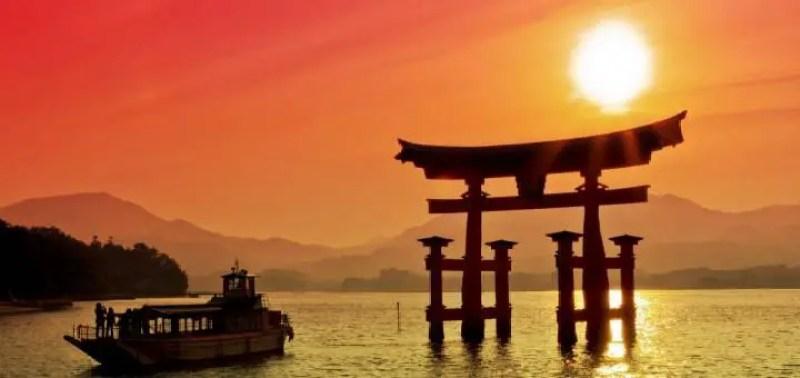 O nome Japão origina do chinês Ji-pen raiz do sol, uma vez que os antigos chineses acreditavam que o sol nascia nesse país