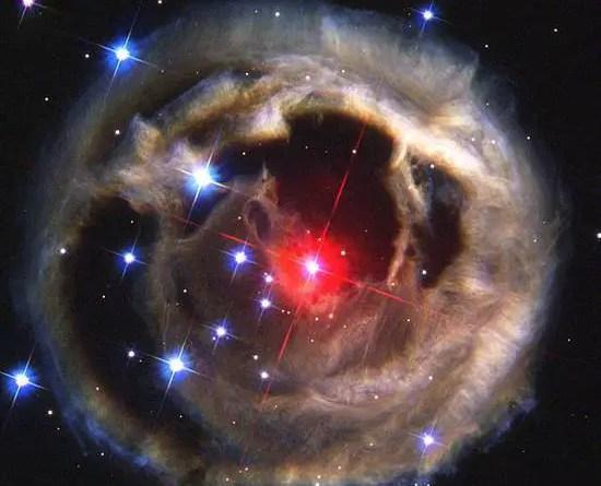 E depois vem Swift J0243.6 + 6124. Os pesquisadores, liderados pelo astrônomo Jakob van den Eijnden, da Universidade de Amsterdã, observaram a emissão de rádio proveniente do sistema, além da emissão de raios X detectada pela Swift que levou à descoberta. Depois de tomar observações e analisar os dados, chegaram à conclusão de que as emissões de rádio eram consistentes com jatos relativísticos de fontes como os buracos negros mas, curiosamente, 100 vezes mais fracos que os jatos de outras estrelas de nêutrons. Isso refuta a teoria do campo magnético sobre a supressão de jatos de forma bastante precisa, e pede um reexame de como eles são produzidos e lançados, disseram os pesquisadores. Anteriormente, pensava-se que os jatos de estrela de nêutrons eram canalizados do campo magnético na parte interna do disco de acreção - e se o campo magnético da estrela de nêutrons fosse suficientemente forte, impediria que o disco de acreção se aproximasse o suficiente para que isso acontecesse. Agora a nova descoberta coloca essa teoria no lixo. Ele também nos fornece uma nova classe de fontes para testar como os campos magnéticos afetam o lançamento de jatos, ajudando-nos a entender esse mecanismo de feedback na chave no universo.