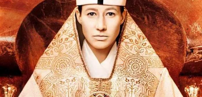 Lendas medievais afirmam que Papisa Joana foi a primeira e única mulher a ser papa. E agora, uma análise das antigas moedas de prata sugere que a mulher nomeada como a mais alta autoridade da Igreja Católica pode ter realmente vivido. Segundo as lendas da Idade Média, um papa chamado João, ou Johannes Anglicus, que reinou em meados do século IX, era na verdade uma mulher, a Papisa Joana. Por exemplo, uma história do século 13 escrita por um monge polonês de Martin chamado Martin afirmou que o papa Joana engravidou e deu à luz durante uma procissão da igreja. Joana nasceu em 814, na aldeia de Ingelheim, onde hoje seria a Alemanha. Nesse período, conhecido como Idade das Trevas, ainda não existiam os países europeus modernos nem seus idiomas e a língua culta era o latim. As mulheres eram proibidas de estudar, pois isso era visto como antinatural. Porém, segundo a apuração, curiosa, Joana aprendia com facilidade. O irmão mais velho a ensinou a ler, escondido do pai, extremamente religioso e rígido. Joana surpreendeu os pais e o mestre de um seminário ao mostrar que sabia ler e interpretar textos. Então, o mestre passou a lecionar latim e grego à menina. A vontade de aprender fez com que Joana fugisse de casa para estudar em um seminário, que somente aceitou ter uma menina em sua turma sob autorização de um bispo. Para que ela não dormisse junto dos rapazes, um conde chamado Gerald aceitou-a em sua casa, onde ela viveu por anos. Já adolescente, sobreviveu a um ataque viking e, a partir de então, adotou uma identidade masculina, usando o nome de um dos irmãos, João Ânglico. Como homem, foi aceita em um mosteiro beneditino, onde se destacou como médica. Em pouco tempo, sua fama de curandeira se propagou em Roma, e ela foi chamada para atender o Papa Sérgio II. Assim, acabou se tornando sua médica e porta-voz. Em 847, após a morte do papa, Joana, como João Ânglico, foi indicada e escolhida por votação popular para ocupar o trono papal. Mesmo pega de surpresa, aceitou. Ela 