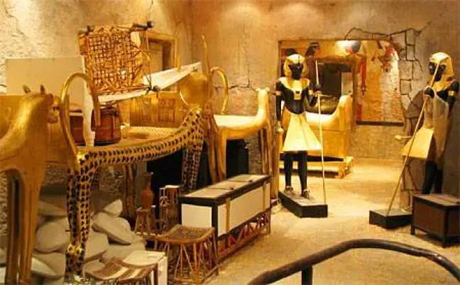 Na tumba de Tutankamon foram encontradas mais de cinco mil peças. Entre os objetos estavam jóias, objetos pessoais, ornamentos, vasos, esculturas, armas, etc