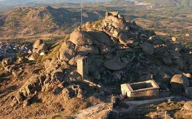 Vista do castelo e das muralhas sobre o topo da colina de Monsanto