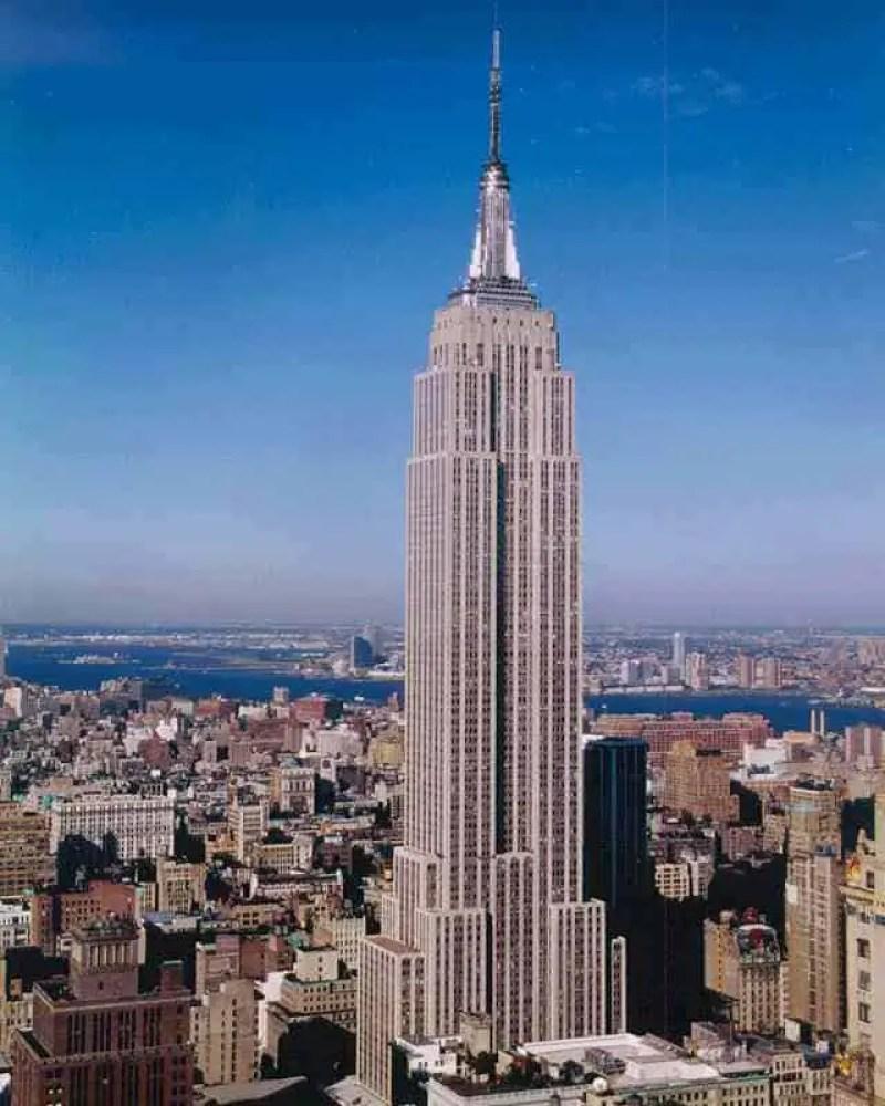 Empire State Building construído em 1931 na cidade de New York tem o comprimento 381 metros