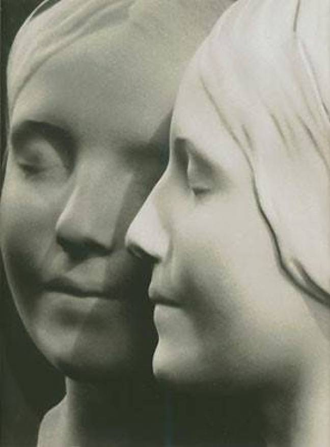 """Deslumbrado com o rosto enigmático da """"Inconnue"""", o legista responsável, chegou a contratar um artista plástico para reconstruir o rosto da jovem em uma máscara. Eternizando os traços da moça e, de quebra, dando origem a um verdadeiro fenômeno cultural."""