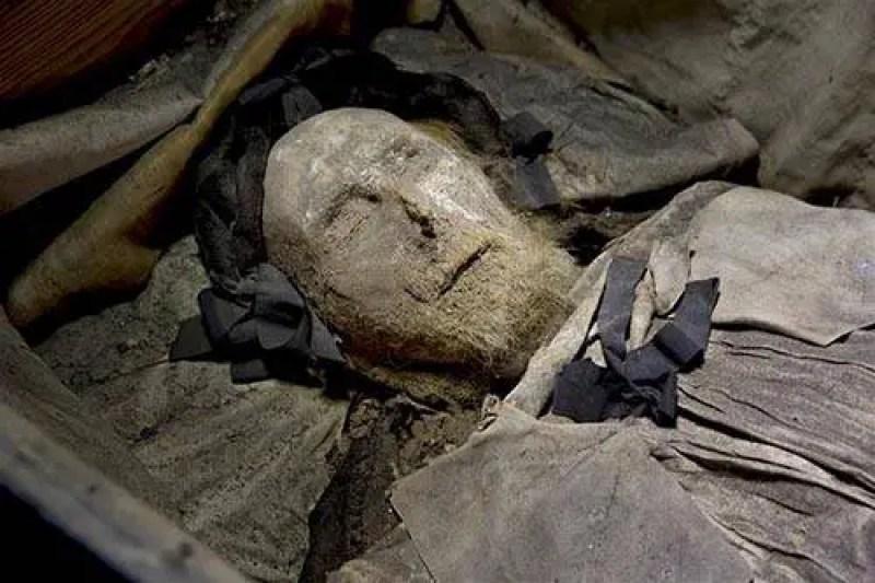 bispo do século XVII enterrado com um segredo