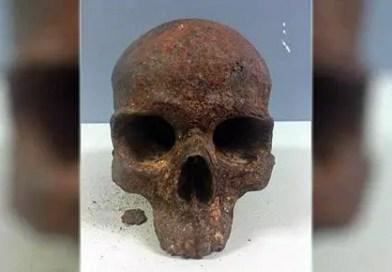 Crânio de metal misterioso encontrado na praia dos EUA