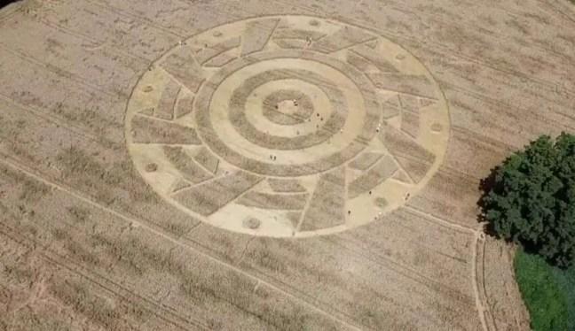 Um estranho e misterioso círculo aparece com um padrão geométrico perfeito em um campo na Alemanha
