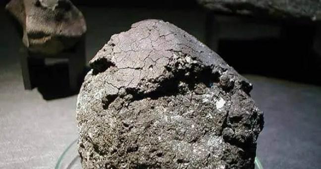 O meteorito Orgueil exposto no Museu de Paris